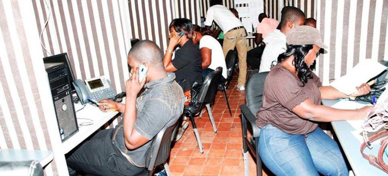 Centro de llamadas de emergencia sobre el ébola en Sierra Leona  Foto:: OMS/J. Caminade
