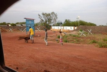 Civilians arriving at the UNMISS base in Bentiu after attacks in April 2014.