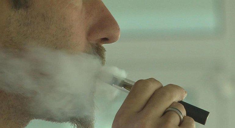 Un hombre utiliza un vaporizador.