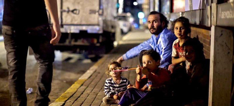 Des réfugiés syriens dorment dans la rue à Istanbul, en Turquie.