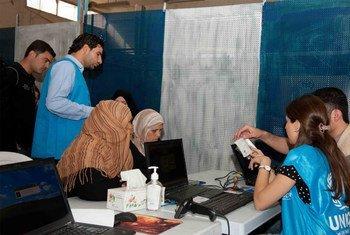 Los trabajadores del ACNUR registran a los refugiados sirios y gestionan su reubicación. Foto de archivo: ACNUR/B. Diab