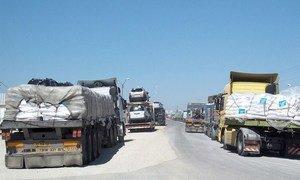 Des camions d'aide humanitaire entrent par le point de passage de Kerem Shalom entre Israël et Gaza (archives)