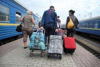 Une famille ukrainienne ayant fui les violences dans l'Est de l'Ukraine arrive à Kiev par le train. Photo HCR/I. Zimova