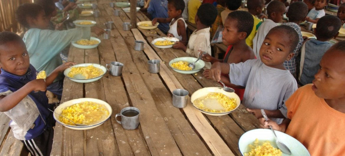 WFP provides daily meals to 219,000 pupils, cooks and teachers in primary schools under the School Meals programme in Madagascar.