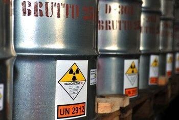 Contenedores de uranio. Foto de archivo: OIEA
