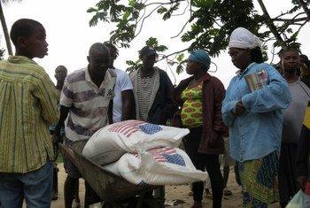 Des denrées alimentaires fournies par les États-Unis pour les communautés affectées par Ebola au Libéria.