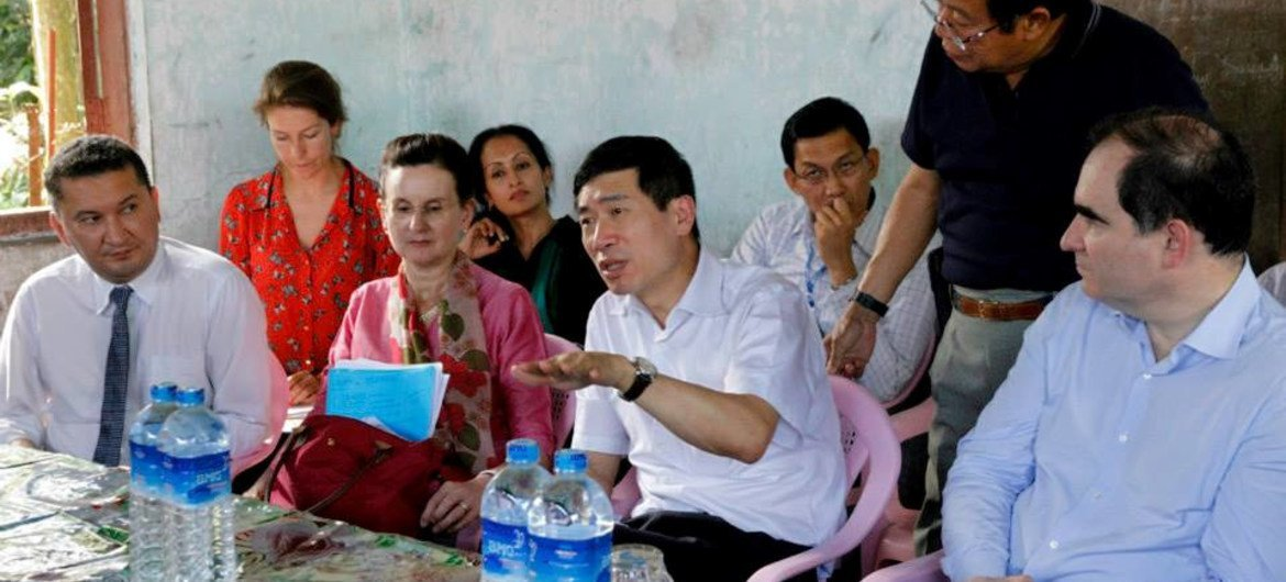 Director of the Regional Bureau for Asia and the Pacific of the UN Development Programme (UNDP), Haoliang Xu (second right), and OCHA Director of Operations John Ging (right) with community members in Aung Mingalar Ward, Sittwe, Myanmar.