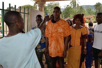 Puesto de salud para detectar síntomas de ébola en Guinea. Foto de archivo: OMS/A. Pallangyo