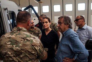 Le Haut-Commissaire des Nations Unies pour les réfugiés, Antonio Guterres (à droite) et l'Envoyée spéciale, Angelina Jolie (au centre) rencontrent des réfugiés à Malte. Photo HCR/P. Muller