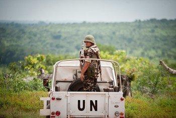 Des Casques bleus marocains servant au sein de la Mission multidimensionnelle de l'ONU pour la stabilisation intégrée en République centrafricaine (MINUSCA) à Bambari, au nord-est de la capitale Bangui. (archives) Photo ONU / Catianne Tijerina