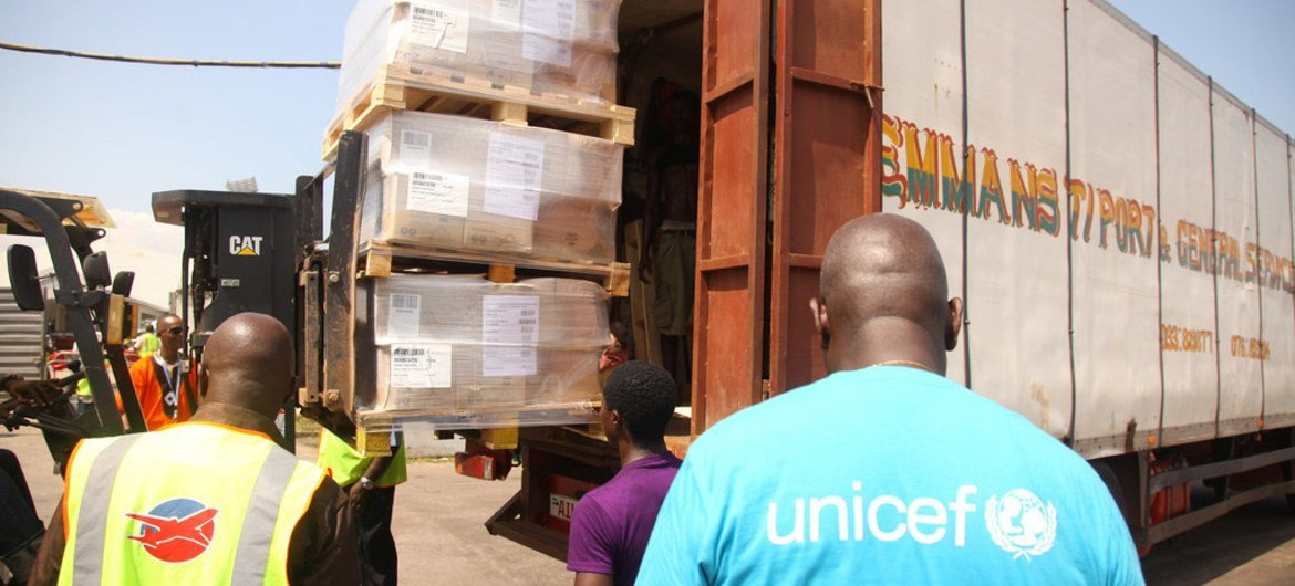With funds from the World Bank Group, UNICEF delivers essential supplies to Sierra Leone to deal with the Ebola outbreak.