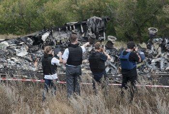 Miembros de la Misión Especial de Observación en Ucrania de la Organización para la Seguridad y la Cooperación en Europa examinan el lugar del accidente en julio de 2014.