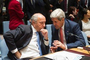 Le Secrétaire d'Etat américain, John Kerry (à droite), dont le pays préside le Conseil de sécurité en septembre, et le Ministre français des affaires étrangères, Laurent Fabius, lors d'une réunion du Conseil sur l'Iraq. Photo ONU/Eskinder Debebe