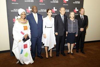 De gauche à droite : la Directrice exécutive d'ONU-Femmes, Phumzile Mlambo-Ngucka, le Président de l'Assemblée générale, Sam Kahamba Kutesa, l'Ambassadrice de bonne volonté d'ONU-Femmes, Emma Watson, le Secrétaire général Ban Ki-moon, Madame Yoo (Ban) Soon-taek, et l'acteur Kiefer Sutherland. Photo ONU-Femmes/Simon Luethi