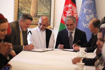 De gauche à droite : le Représentant spécial du Secrétaire général pour l'Afghanistan, Jan Kubis, et les candidats à la présidentielle aghane, Ashraf Ghani Ahmadzai et Abdullah Abdullah. Photo MANUA/Fardin Waezi