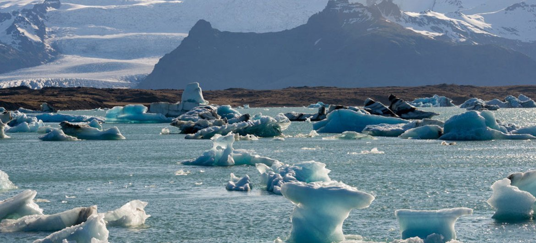 Dans le sud-est de l'Islande, le lagon glaciaire de Jökulsárlón formé par la fonte d'un glacier.