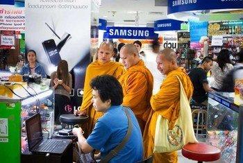 Un magasin de produits électroniques à Bangkok, en Thaïlande. Photo ONU/Kibae Park