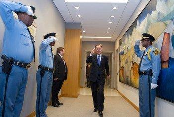 Secretary-General Ban Ki-moon salutes UN Security Officers en route to his meeting.