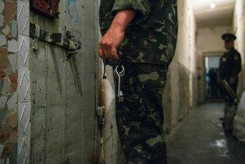 Les couloirs d'une prison.