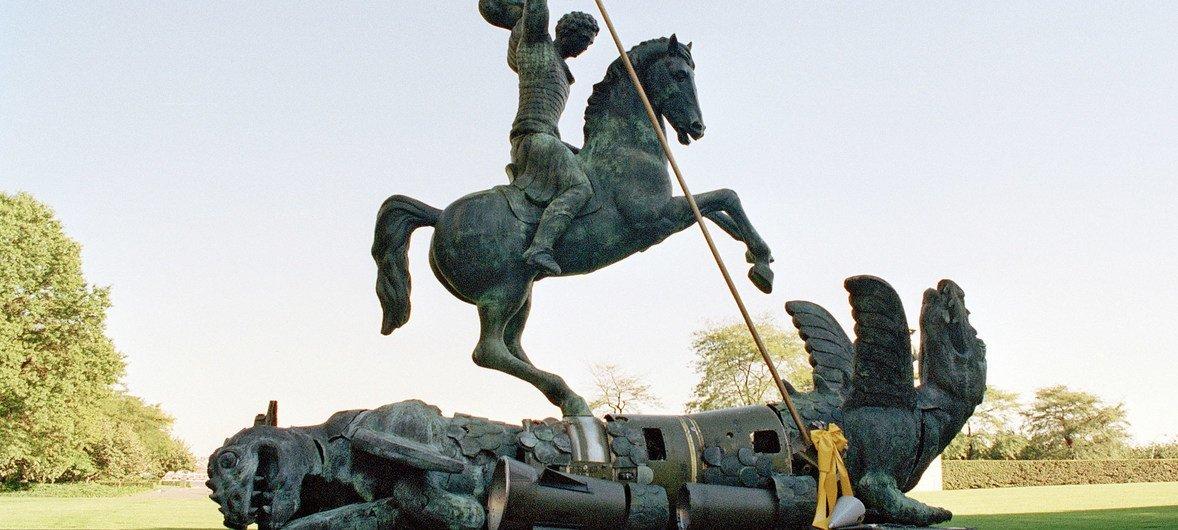 联合国总部大楼内树立的圣乔治屠龙雕塑,龙身由苏联SS - 20和美国潘兴核导弹碎片制成。