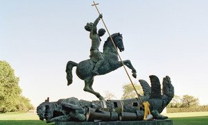 Escultura de San Jorge matando a un dragón. El dragón fue creado con fragmentos de misiles nucleares de la Unión Soviética y Estados Unidos.