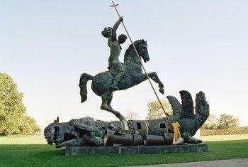 联合国纽约总部象征消灭核武器的雕塑。雕塑中被刺杀的龙是用前苏联的核导弹碎片制作的。