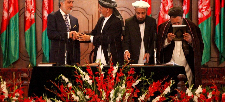 Le Président Ashraf Ghani (deuxième à partir de la gauche) et son adversaire à l'élection présidentielle Abdullah Abdullah (premier à gauche). Photo MANUA/Fardin Waezi