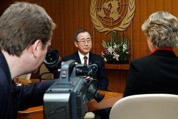 Secretary-General Ban Ki-moon during an interview with a UN Intranet iSeek staff (December 2007).