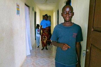 En Sierra Leone, Francis, âgé de 13 ans, a perdu ses parents, sa sœur et sa grand-mère à cause d'Ebola. Photo UNICEF/Jo Dunlop