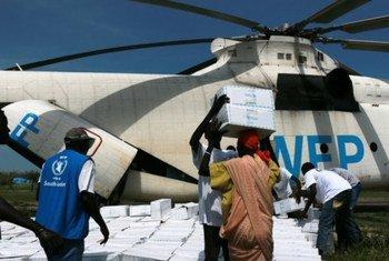 Des hommes embarquent des fournitures humanitaires à bord d'un hélicoptère Mi26 à Jiech, au Soudan du Sud. Photo PAM/George Fominyen