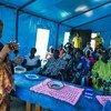 La representante especial del Secretario General, Zainab Bangura, habla a desplazados en Sudán del Sur   Foto: UNMISS/Isaac Gideon .