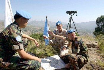 Des Casques bleus du groupe d'observateurs militaires des Nations Unies en Inde et au Pakistan (UNMOGIP) sur la ligne de contrôle qui sépare les deux pays.