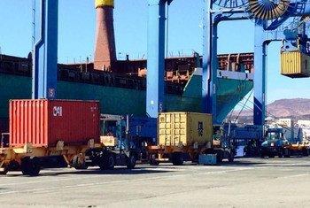 La UNCTAD advierte que los aranceles impuestos mutuamente por Estados Unidos y China tendrán repercusiones significativas en el comercio internacional.