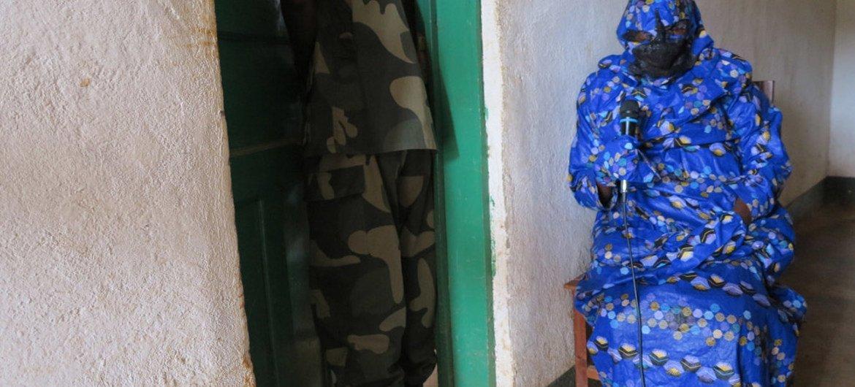 Une victime témoigne devant une cour militaire en République démocratique du Congo lors du procès du lieutenant-colonel Bedi Mobuli Engangela, alias 106, accusé de violations des droits de l'homme. Photo MONUSCO/Hanan Talbi