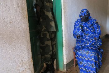A victim testifies before the Military Court in the DRC during the trial of Lt. Colonel Bedi Mobuli Engangela, charged with numerous human rights violations.