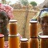 Des femmes venant de la campagne vendent des confitures de mangues et de patates douces dans un magasin de transformation des aliments à Bantantinnting, au Sénégal. Photo ONU / Evan Schneider