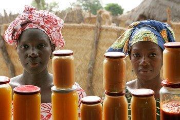 Des femmes venant de la campagne vendent des confiture de mangues et de patates douces dans un magasin de transformation des aliments à Bantantinnting, au Sénégal. Photo ONU / Evan Schneider