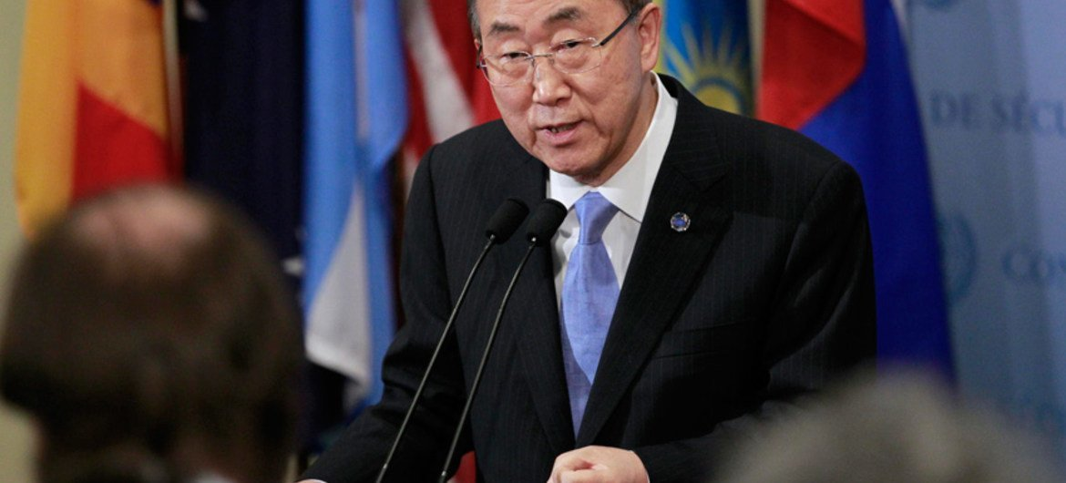 Secretary-General Ban Ki-moon speaks to journalists at the Security Council stakeout.