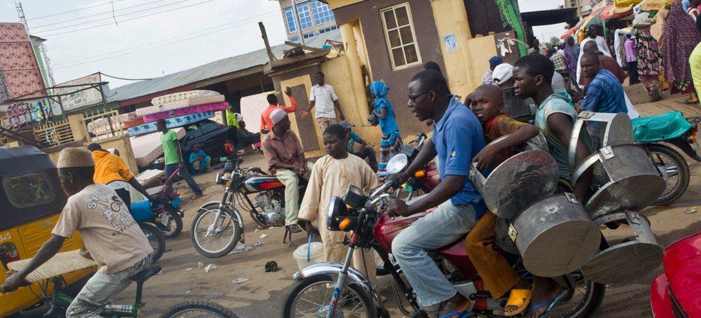 Des Nigérians dans une rue animée. Photo HCR/Helen Caux