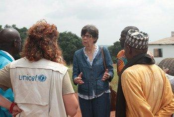 La Coordonnatrice humanitaire pour la République centrafricaine, Claire Bourgeois (au centre. Photo OCHA/John James