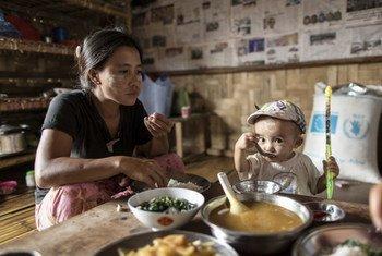 Une famille profite d'un repas grâce à l'assistance humanitaire au Myanmar (archives). Photo PAM/UE/Chris Terry