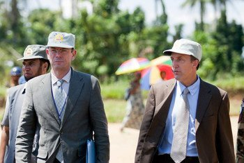 Le Directeur du Bureau des droits de l'homme des Nations Unies en République démocratique du Congo, Scott Campbell (à droite) avec le Sous-Secrétaire général des Nations Unies aux droits de l'homme, Ivan Simonovic en mai 2012 dans le Sud-Kivu. Photo ONU/Sylvain Liechti