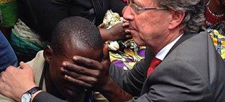 科布勒在刚果民主共和国北基伍省走访时,安慰一名当地男子,他的多位家人在反叛团体的攻击中丧生。联刚特派团图片。