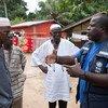 Un médecin de l'OMS discute d'Ebola avec des dirigeants communautaires en Sierra Leone, un pays voisin de la Guinée où une nouvelle épidémie a été déclarée (archive)
