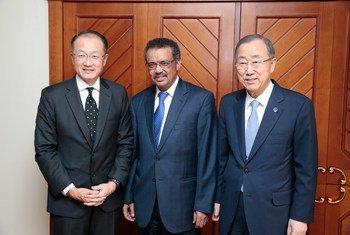 Tedros Adhanom (centro), es candidato de Etiopía a la dirección general de la OMS. En la foto con el director del Banco Mundial, Jim Yong Kim, y el ex Secretario General, Ban Ki-moon.  Foto de archivo: ONU/Evan Schneider