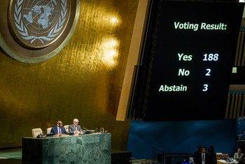 Une vue du décompte électronique des votes lors de l'adoption par l'Assemblée générale pour la vingt-troisième année consécutive d'une résolution appelant à la fin de l'embargo économique, commercial et financier des États-Unis à l'encontre de Cuba. Photo : ONU/Loey Felipe