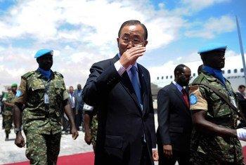 Le Secrétaire général de l'ONU, Ban Ki-moon, à son arrivée à l'aéroport international de Mogadiscio le 29 octobre 2014. Photo ONU//Ilyas Ahmed (archive)
