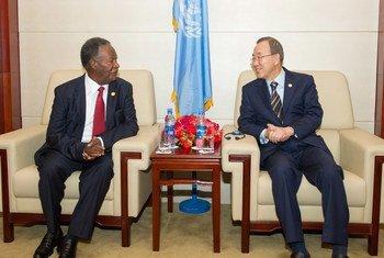 Le Secrétaire général Ban Ki-moon avec feu le Président de la Zambie, Michael Chilufya Sata, en mai 2013.