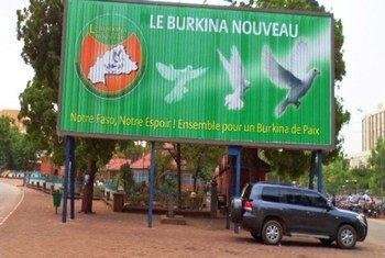 Un panneau faisant la promotion de la paix à Ouagadougou, la capitale du Burkina Faso. Photo IRIN/Chris Simpson