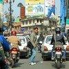 नेपाल की राजधानी काठमाँडू की एक व्यस्त सड़क का दृश्य.